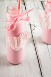 2 бутылки розового milkshake, украшенной в романтичном стиле Стоковое Фото