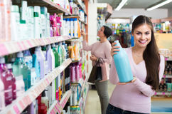 Бутылки рудоразборки женщины с шампунем и проводником от полки внутри Стоковое Фото