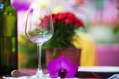 Бутылки стекла и вина на таблице Стоковое Изображение