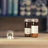Бутылки с глобулами гомеопатии Стоковое фото RF