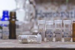 Бутылки с глобулами гомеопатии Стоковые Фотографии RF