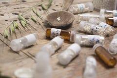 Бутылки с глобулами и ложкой гомеопатии Стоковая Фотография RF