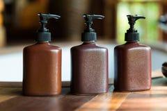 Бутылки с жидкостным мылом или лосьоном на ванной комнате Стоковое Изображение RF