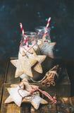 Бутылки с молоком и пряником рождества домодельным играют главные роли форменные печенья Стоковое Фото