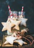 Бутылки с молоком и пряником рождества праздничным играют главные роли форменные печенья Стоковое Изображение