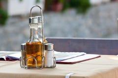 Бутылки с оливковым маслом, уксусом, солью Стоковое Фото