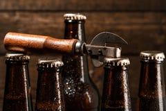 Бутылки с пивом и консервооткрывателем года сбора винограда Стоковое фото RF