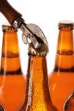 Бутылки с пивом и консервооткрывателем года сбора винограда Стоковые Фото