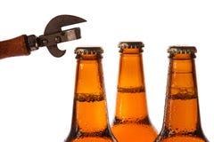 Бутылки с пивом и консервооткрывателем года сбора винограда Стоковое Изображение RF