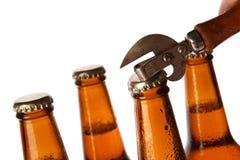 Бутылки с пивом и консервооткрывателем года сбора винограда Стоковое Фото