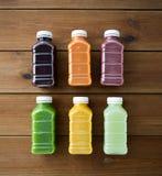Бутылки с различным плодоовощ или vegetable соками Стоковое Изображение