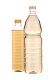 2 бутылки с уксусом яблока Стоковое фото RF