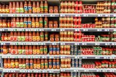 Бутылки томатного соуса кетчуп Стоковые Фотографии RF