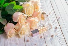 Бутылки дух с розами Стоковое Изображение