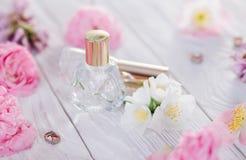 Бутылки дух с цветками Стоковые Фотографии RF