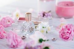 Бутылки дух с цветками Стоковые Фото