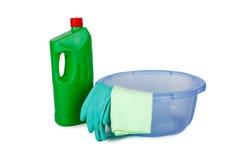 Бутылки чистки детержентные в корзине стоковые изображения rf