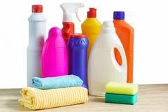 Бутылки чистящих средств, губки и ветоши для очищать дом Стоковые Изображения