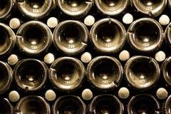Бутылки Шампани будучи сдержанным для вторичного заквашивания в подземном погребе в Abrau-Durso, Novorossiysk Стоковые Изображения