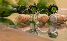Бутылки Шампани и пробочки вина Стоковые Изображения RF