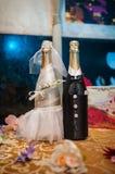 2 бутылки шампанского украшенной как положение жениха и невеста Стоковое Фото