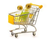Бутылки шампуня в pushcart малого супермаркета Стоковая Фотография RF