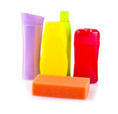 Бутылки шампуня и бальзама для волос и губки Стоковые Фотографии RF