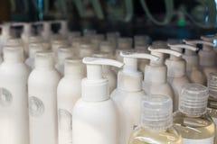 Бутылки шампуня на белизне Стоковая Фотография