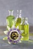 Бутылки эфирного масла с цветком страсти Стоковые Изображения