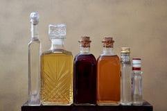 Бутылки Liquuor на таблице Стоковое Фото