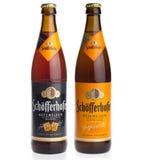 Бутылки Schofferhofer белые и темного пива пшеницы изолированного на a Стоковая Фотография