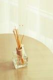 Бутылочное стекло ароматности и деревянные ручки Стоковое фото RF
