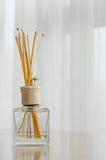 Бутылочное стекло ароматности и деревянные ручки Стоковая Фотография RF