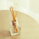 Бутылочное стекло ароматности и деревянные ручки Стоковые Фото