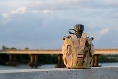 Буфет воды армии с крышкой пустыни стоковое фото rf