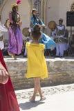 БУХАРА, УЗБЕКИСТАН - 25-ОЕ МАЯ 2018: Шелк и фестиваль 2018 специй Музыканты Bukharian в местном танце платья стоковые изображения rf