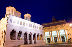 Бухарест к ноча - патриархальный собор стоковое фото