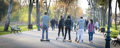 БУХАРЕСТ, РУМЫНИЯ, - 2-ое апреля 2016: Люди используя hoverboard, само-балансировать 2-катили доску, в парке Редакционное содержа Стоковые Изображения RF