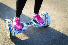 БУХАРЕСТ, РУМЫНИЯ, - 2-ое апреля 2016: Люди используя hoverboard, само-балансировать 2-катили доску, в парке Редакционное содержа Стоковое Изображение RF