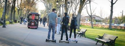 БУХАРЕСТ, РУМЫНИЯ, - 2-ое апреля 2016: Люди используя hoverboard, само-балансировать 2-катили доску, в парке Редакционное содержа Стоковая Фотография RF