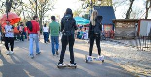 БУХАРЕСТ, РУМЫНИЯ, - 2-ое апреля 2016: Люди используя hoverboard, само-балансировать 2-катили доску, в парке Редакционное содержа Стоковое фото RF