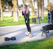 БУХАРЕСТ, РУМЫНИЯ, - 2-ое апреля 2016: Люди используя hoverboard, само-балансировать 2-катили доску, в парке Редакционное содержа Стоковое Изображение