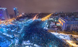 Бухарест, Румыния - 29-ое января 2017: Тысяча людей маршировали через румынскую столицу на в среду ночью для того чтобы опротесто Стоковое Изображение