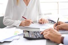 Бухгалтеры налога работая с документами стоковая фотография rf