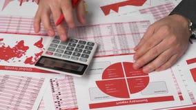 Бухгалтер бизнесмена используя калькулятор для высчитывать секретный отчет о валюты на офисе стола Финансовый учет дела видеоматериал