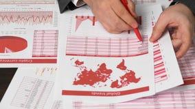 Бухгалтер бизнесмена используя калькулятор для высчитывать секретный отчет о валюты на офисе стола Финансовый учет дела акции видеоматериалы