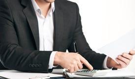 Бухгалтер высчитывая финансы Стоковое Фото