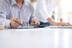 Бухгалтер дела или банкир, деловой партнер высчитывают и стоковое изображение