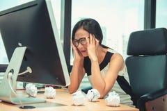 Бухгалтер дела имея головную боль пока проверяющ бюджет баланса в рабочем месте офиса, болезни синдрома офиса, оккупационных и стоковые фотографии rf