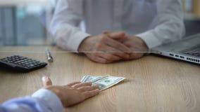 Бухгалтер отказывая изменить банкноты доллара, ограничение банка, противозаконное дело акции видеоматериалы